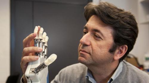 Bioniczna ręka, opracowana przez zespół prof. Silvestro Micery, jest pierwszą, która czuje dotyk
