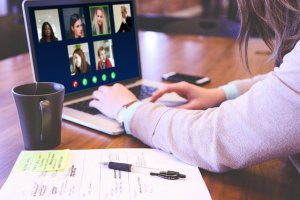 Google Meet automatycznie poprawi widoczność